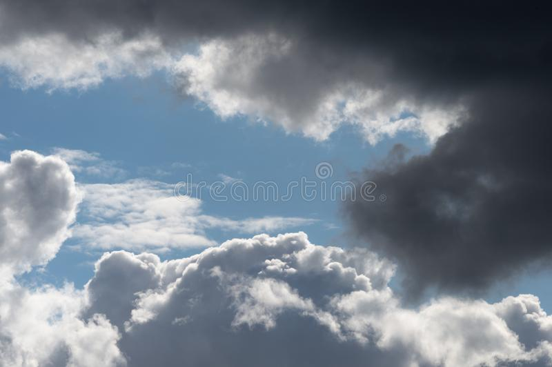 Nuvens Billowing do branco cinzento com céu azul Clima de tempestade foto de stock royalty free