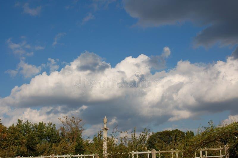 Nuvens Billowing em um céu azul médio foto de stock