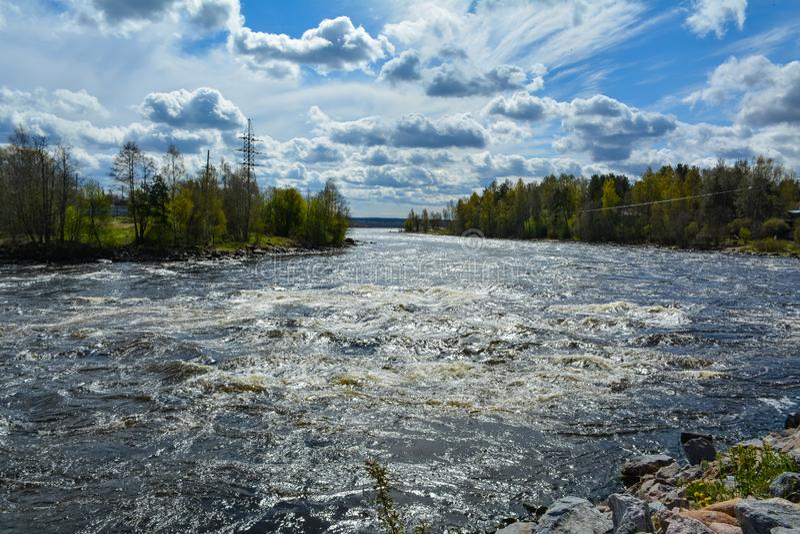 Nuvens bonitas acima da água áspera, rio de Vuoksa fotos de stock