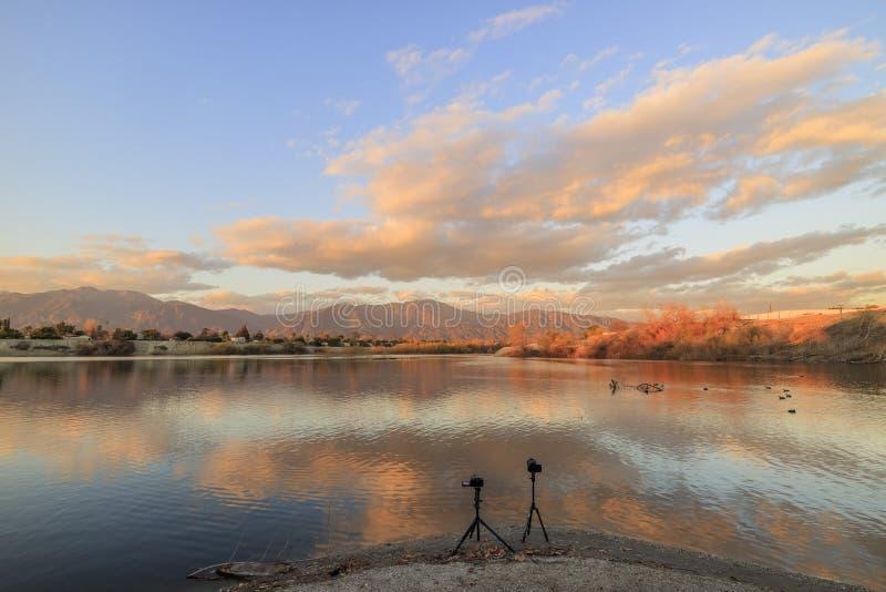 Nuvens bonitas e opinião do lago em torno do tempo do por do sol imagens de stock royalty free