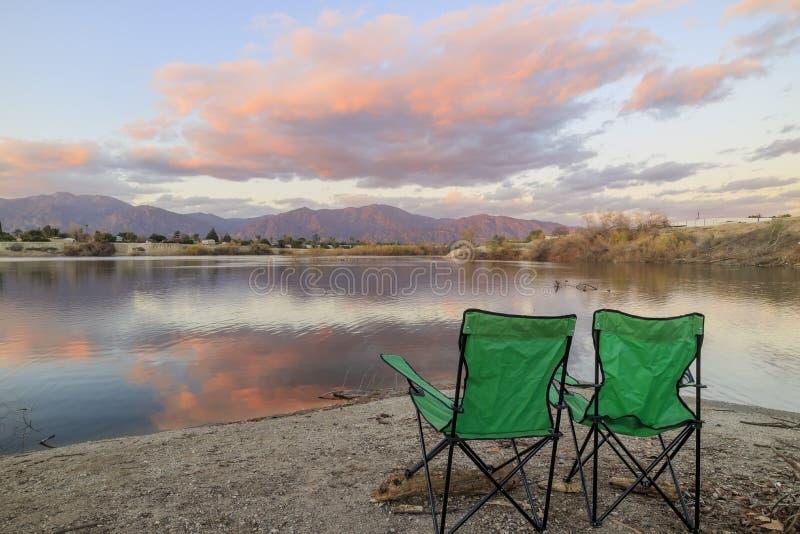 Nuvens bonitas e opinião do lago em torno do tempo do por do sol imagens de stock