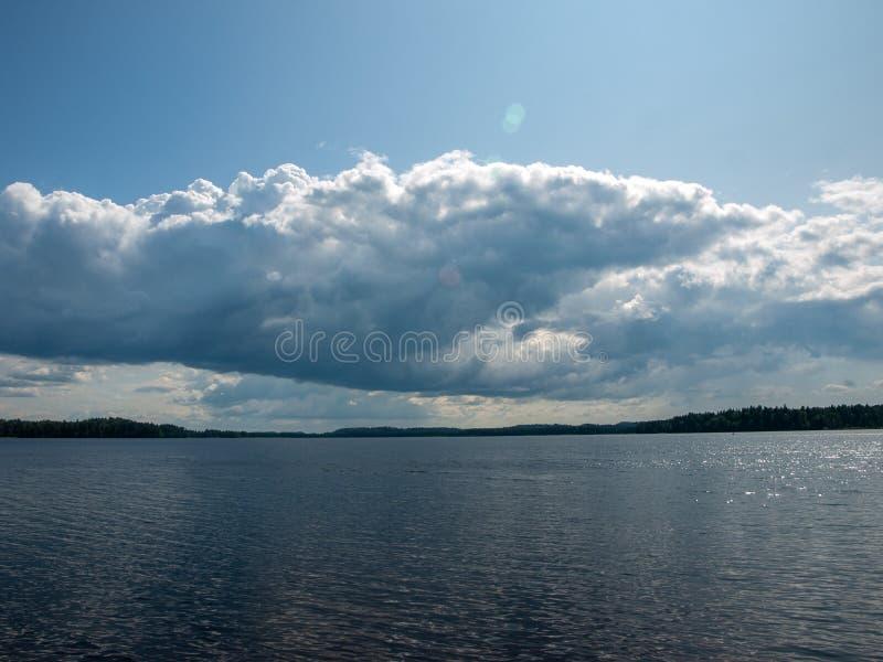 Nuvens bonitas sobre o lago no dia ensolarado do verão com reflexões fotografia de stock royalty free