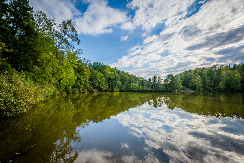 Nuvens bonitas sobre o normando do lago, no lago Norman State Park, não imagem de stock