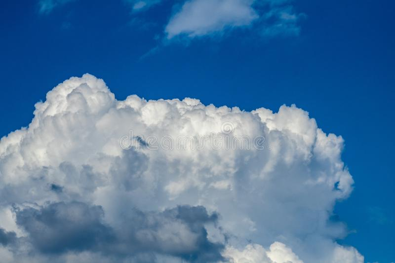 NUVENS BRANCAS BILLOWING imagem de stock royalty free