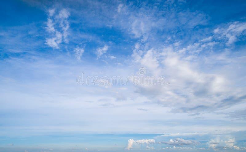 Nuvens brancas bonitas no céu azul foto de stock