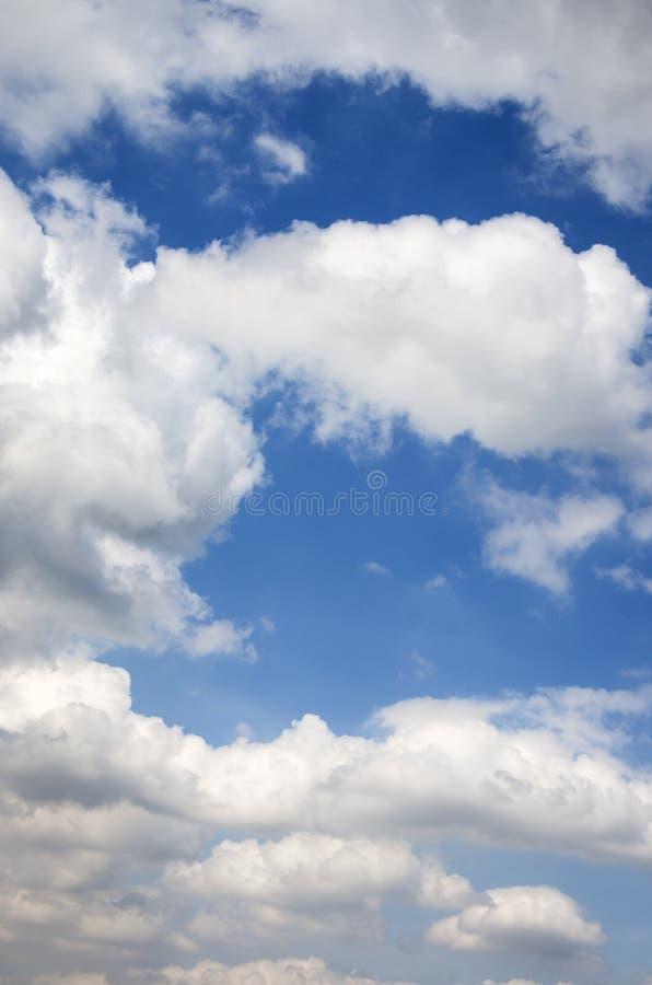 Nuvens brancas bonitas no céu azul para o fundo natural imagem de stock