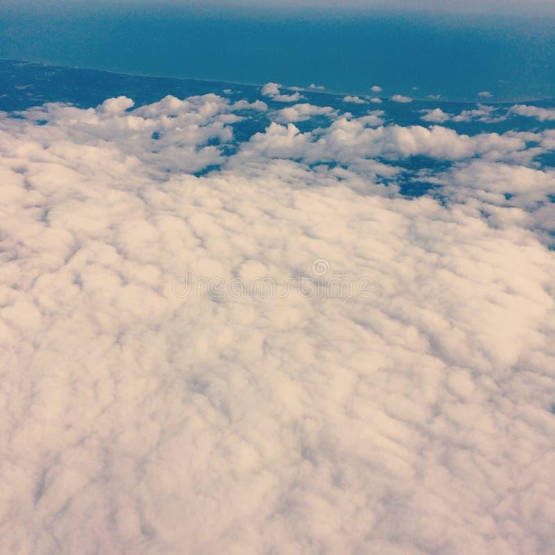 Nuvens brancas de uma janela do avião fotografia de stock royalty free