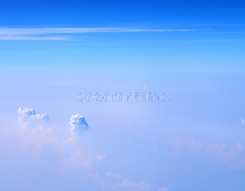 Nuvens brancas do cúmulo-nimbo e de Altostratus no céu azul infinito - vista aérea - fundo natural abstrato fotografia de stock