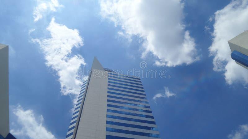 Resultado de imagem para prédio em meio as nuvens