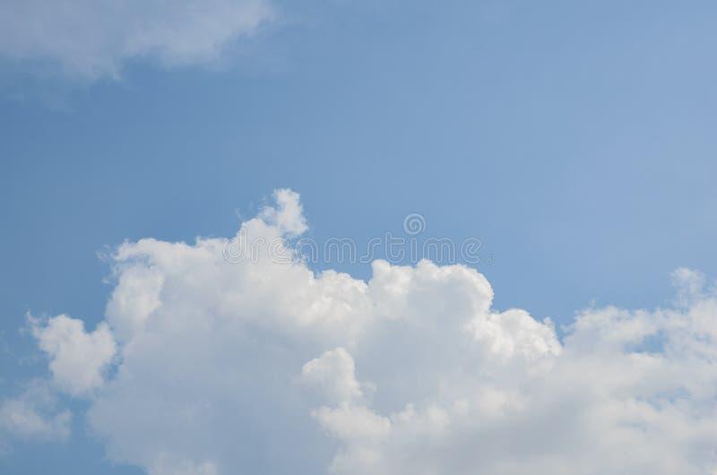 Nuvens brancas duras grandes fantásticas contra o céu azul imagem de stock royalty free