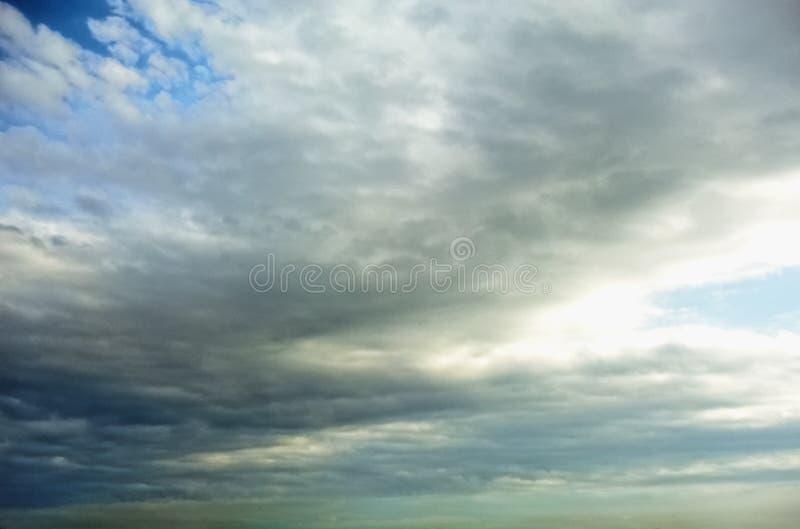 Nuvens brancas e cinzentas fotografia de stock royalty free