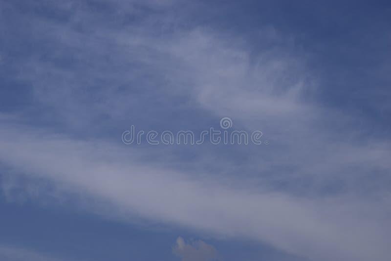 Nuvens brancas e fantásticas contra o céu azul imagem de stock