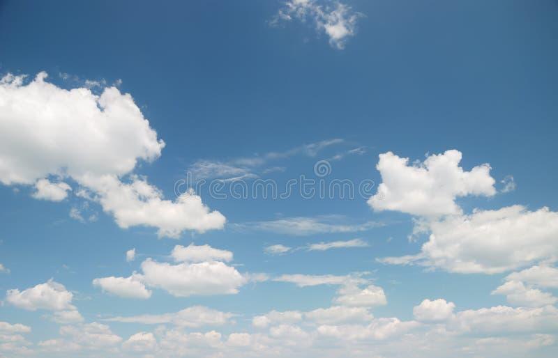 Nuvens brancas macias de encontro ao céu azul fotos de stock