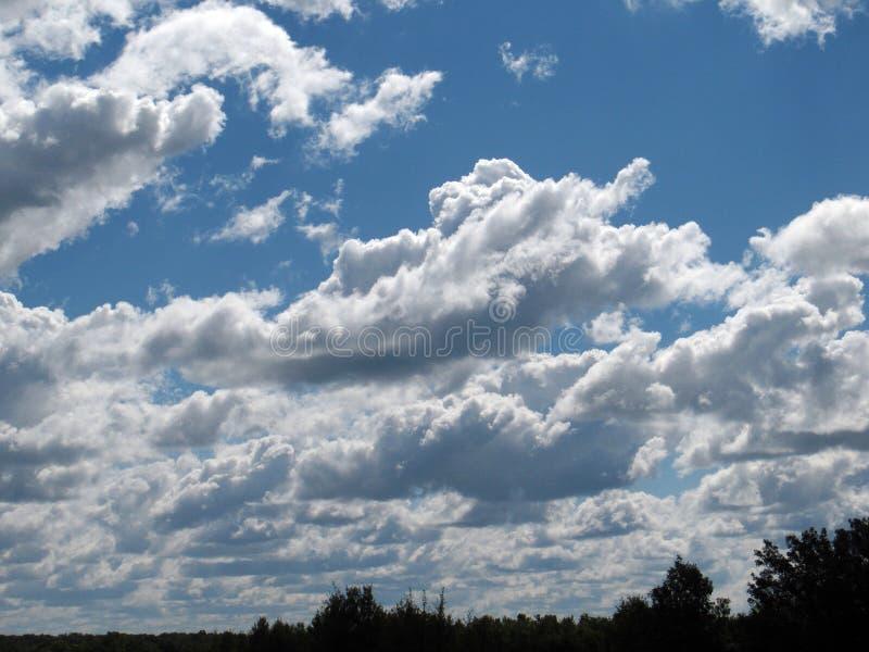Nuvens brancas macias grandes com um céu azul brilhante imagens de stock royalty free