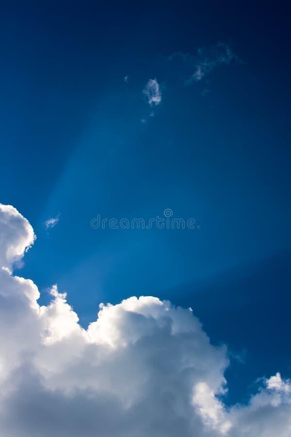 Nuvens brancas no céu fotos de stock royalty free