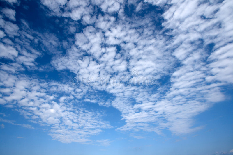 Nuvens brancas no céu imagem de stock