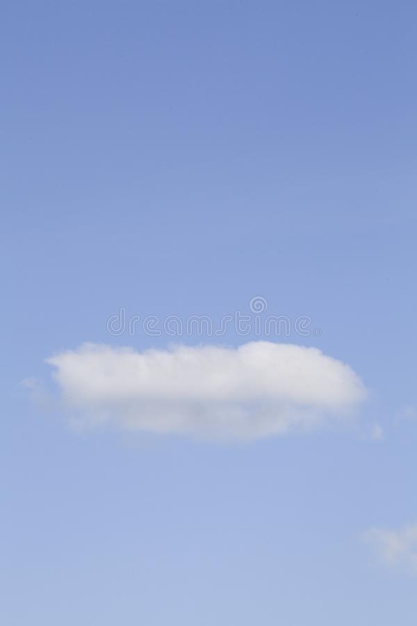 Nuvens brancas no c?u azul imagens de stock