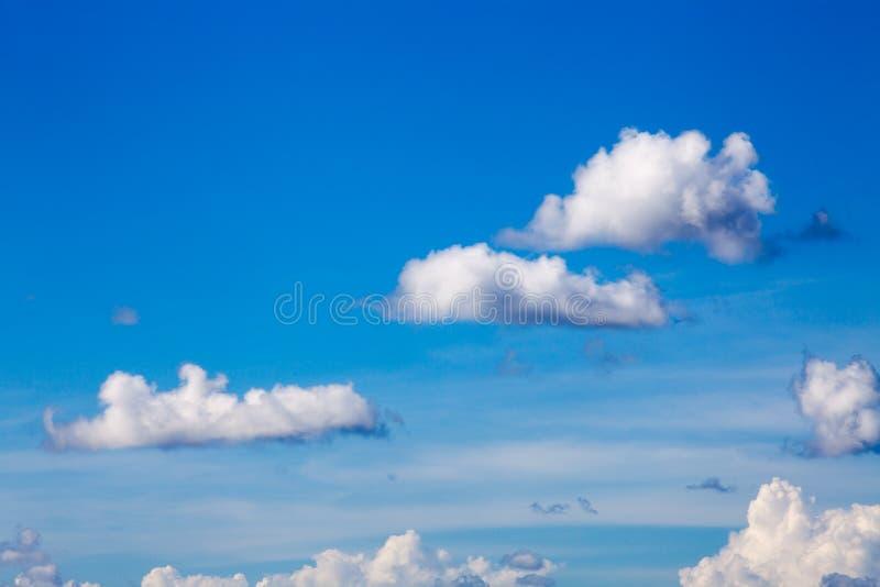 Nuvens brancas no fundo do céu azul fotos de stock