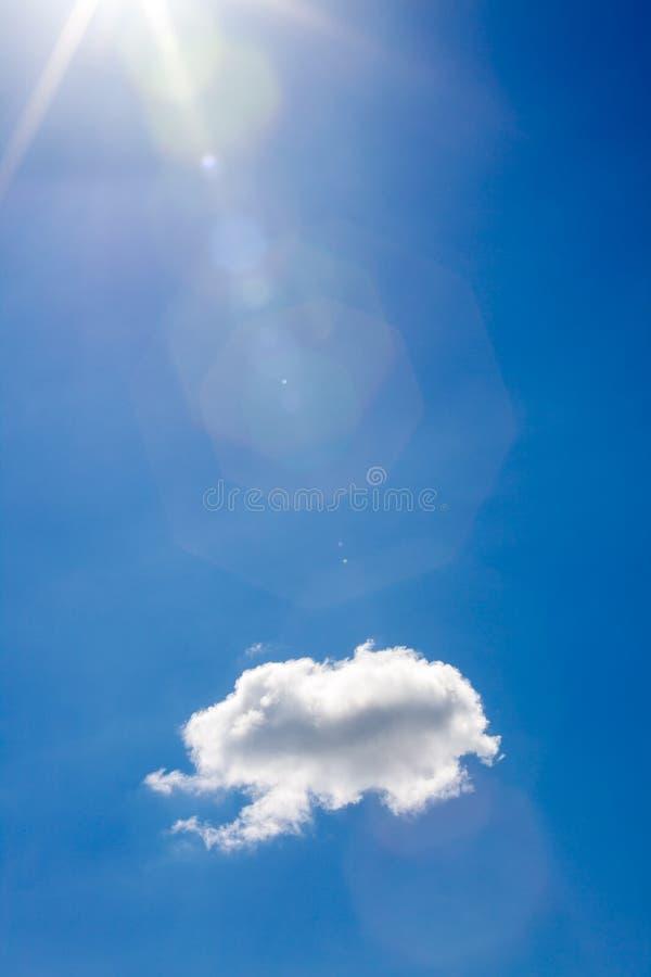 Nuvens brancas no fundo do céu azul foto de stock royalty free