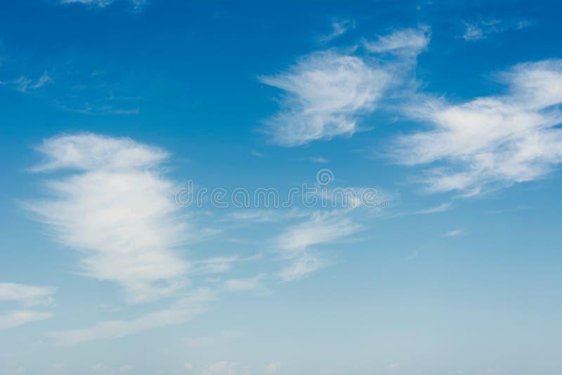 nuvens brancas no fundo natural de c?u azul imagem de stock