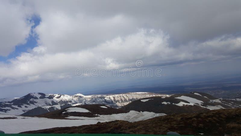 Nuvens brancas, platô coberto com a neve fotos de stock royalty free