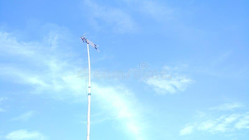 Nuvens brilhantes bonitas com o céu azul durante o dia como um fundo foto de stock