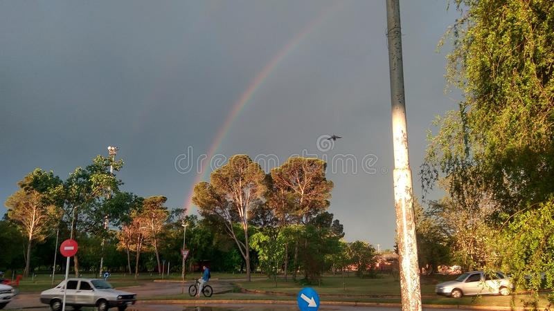 nuvens cinzentas e um arco-íris na cidade natural original e bonito fotografia de stock royalty free