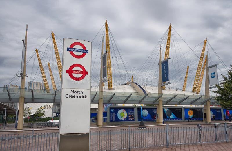Nuvens cinzentas sobre O2 a arena, Greenwich, Londres imagem de stock royalty free