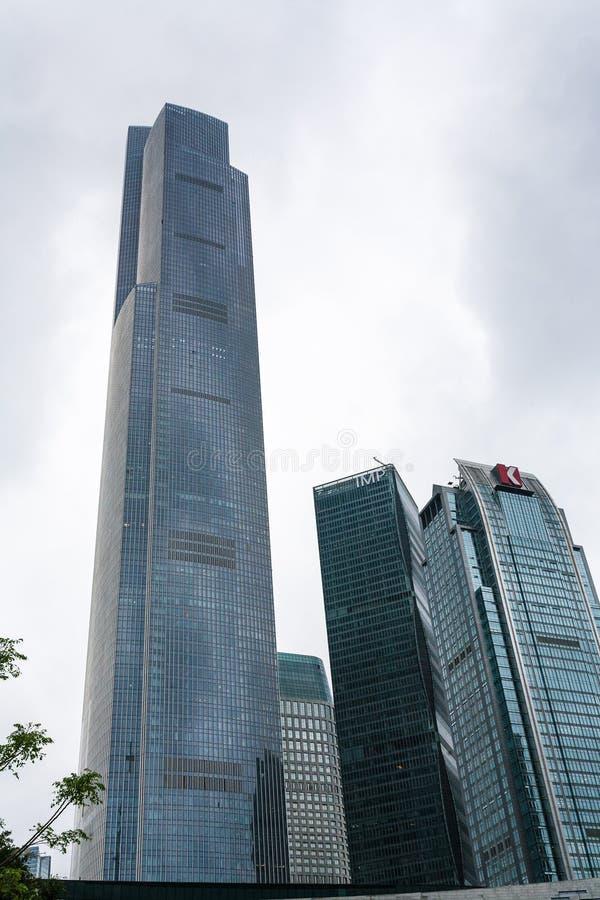 Nuvens cinzentas sobre torres na cidade de Guangzhou foto de stock royalty free