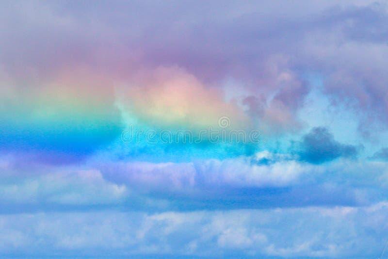 Nuvens coloridas e incomuns do arco-íris em Maui imagem de stock