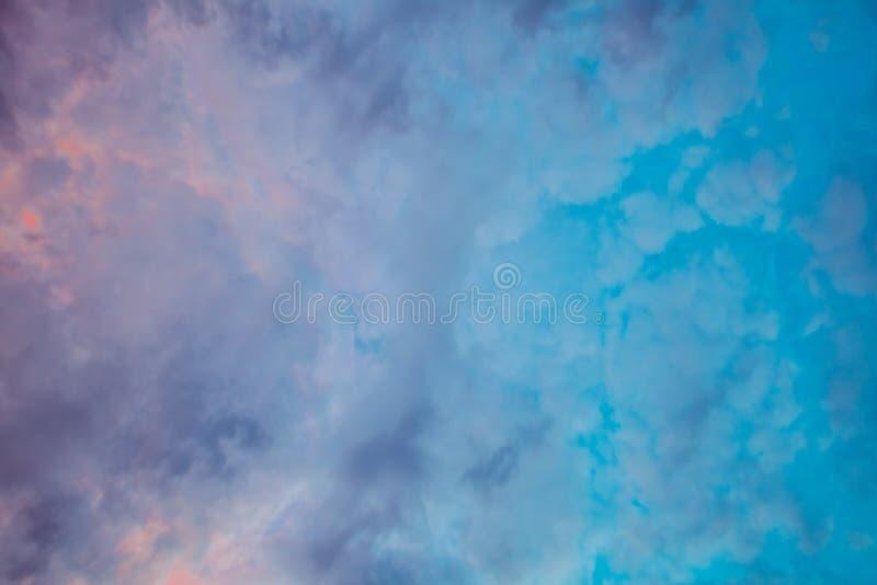 Nuvens coloridas no por do sol fotos de stock royalty free