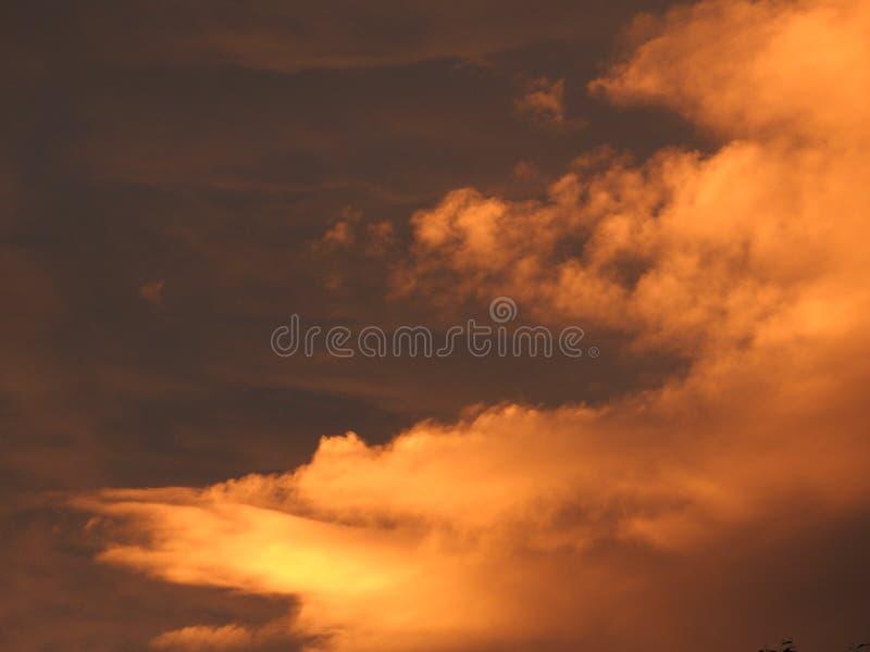 Nuvens coloridas no por do sol imagem de stock