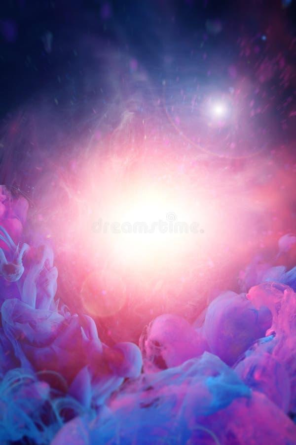 Nuvens cor-de-rosa azuis com luz espiritual no meio e no esboço borrado do homem no fundo foto de stock