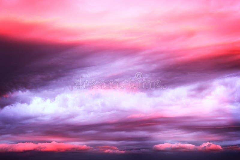 Nuvens cor-de-rosa dramáticas no céu do por do sol foto de stock royalty free