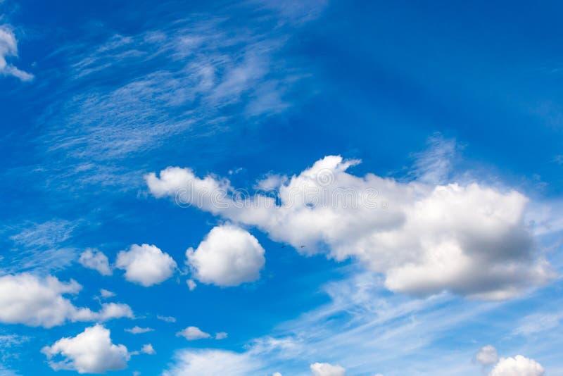Nuvens Cumulus e de alto cúmulo de uma camada média no espaço celeste azul fotografia de stock