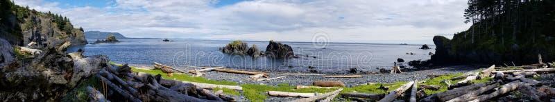 Nuvens da ilha das árvores das montanhas da água do kodiak do oceano da natureza de Alaska fotografia de stock