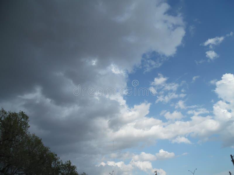 Nuvens da mola imagens de stock