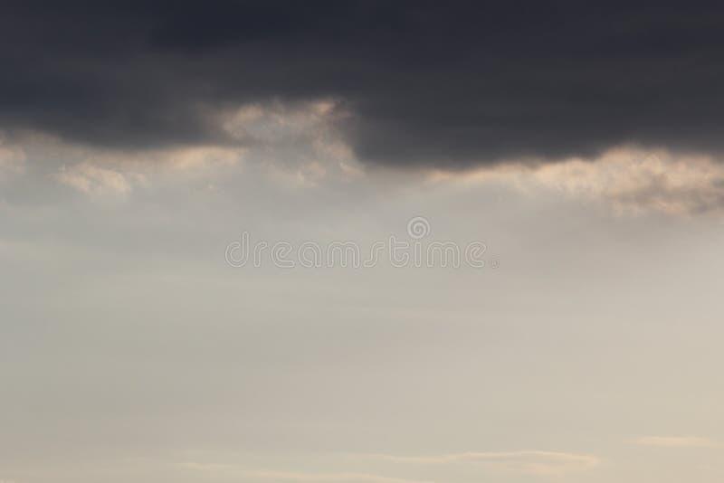 Nuvens da mola antes da tempestade imagem de stock royalty free