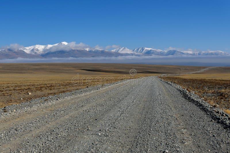Nuvens da neve da montanha do estepe da estrada fotos de stock