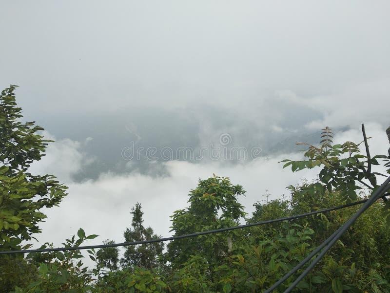nuvens da parte superior do monte fotos de stock