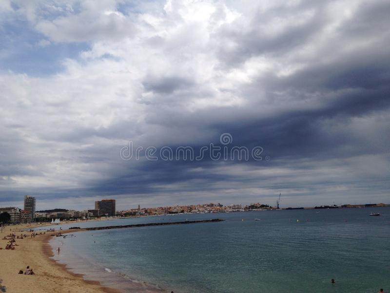 Nuvens da praia imagens de stock
