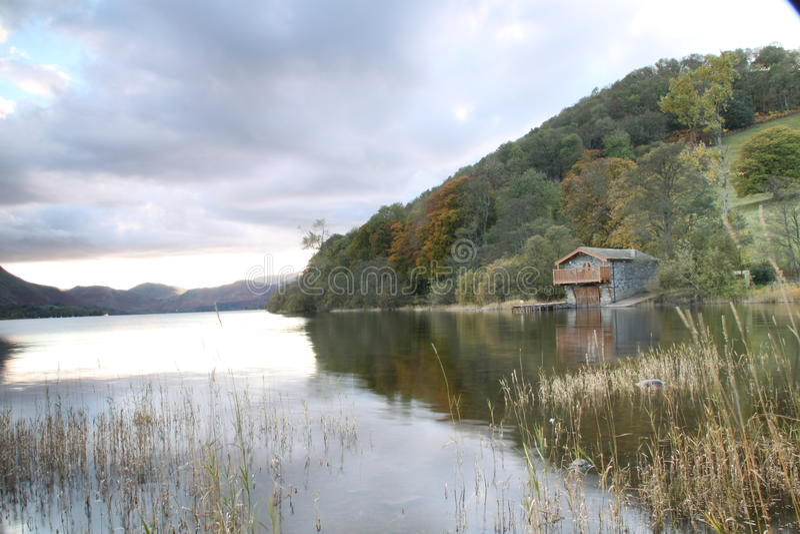 Nuvens de ameaça sobre o lago fotos de stock royalty free