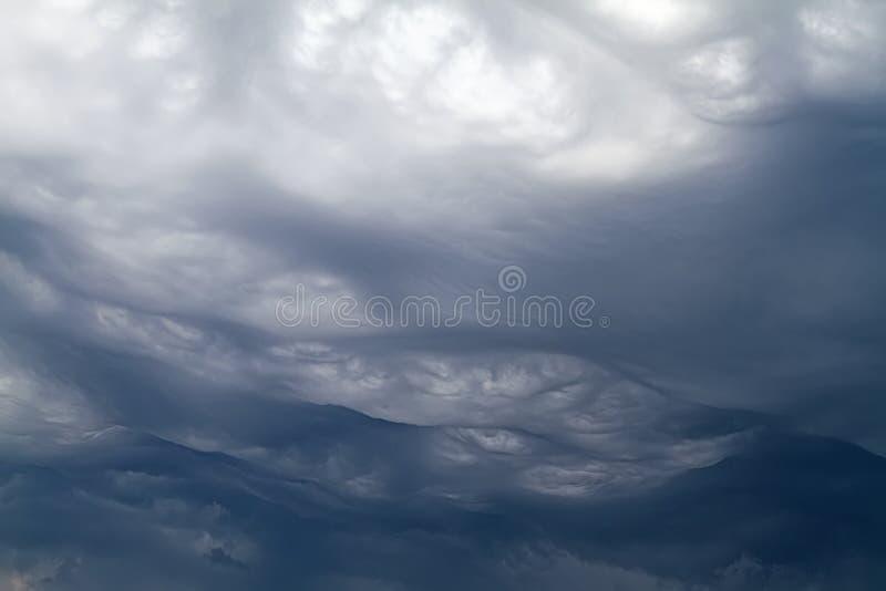 Nuvens de Asperatus que formam o céu dramático imagens de stock