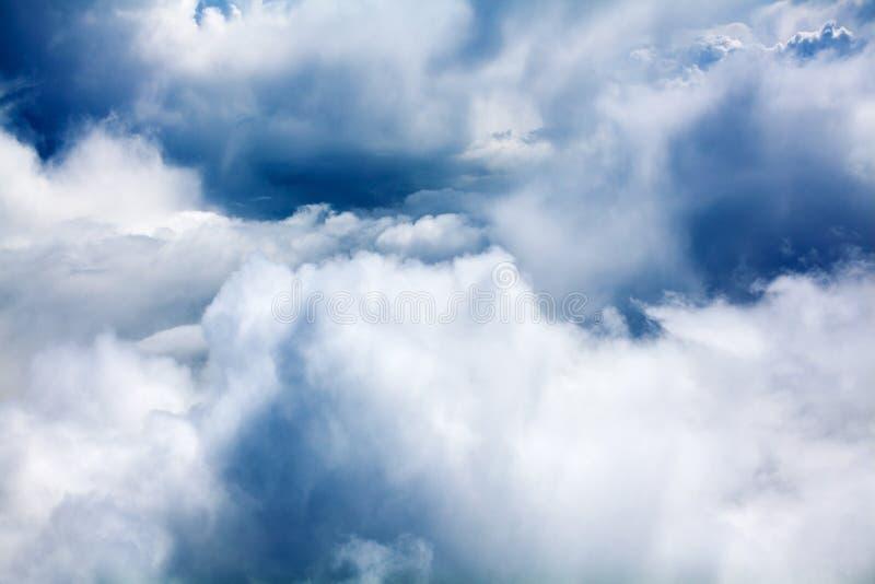 Nuvens de cúmulo brancas, close up do fundo do céu azul, contexto nublado dos céus, cloudscape tormentoso chuvoso bonito da textu fotos de stock