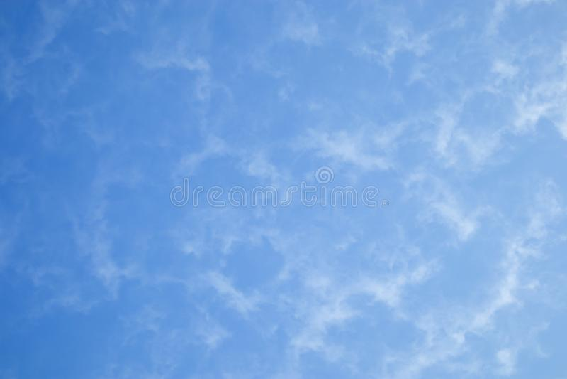 Nuvens de cúmulo claras no céu azul fotografia de stock