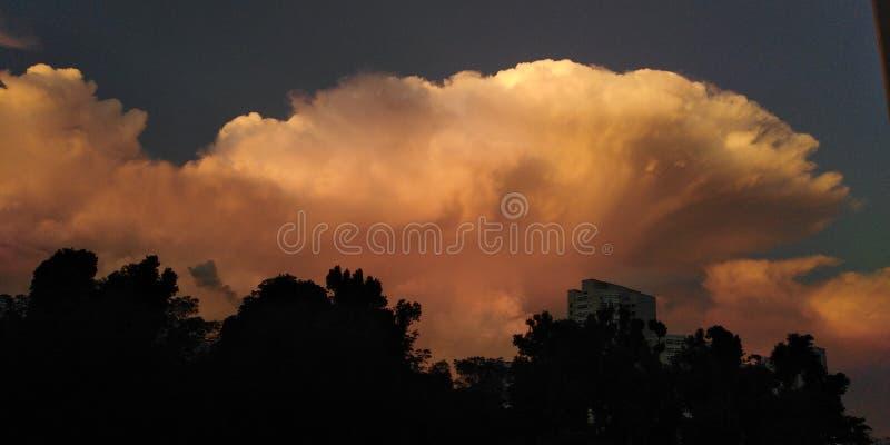 Nuvens de cúmulo-nimbo no céu da manhã   Singapura fotografia de stock