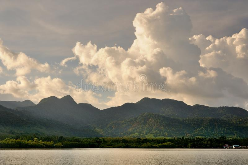 Nuvens de cúmulo no céu do por do sol sobre a ilha de Koh Chang, Tailândia imagens de stock