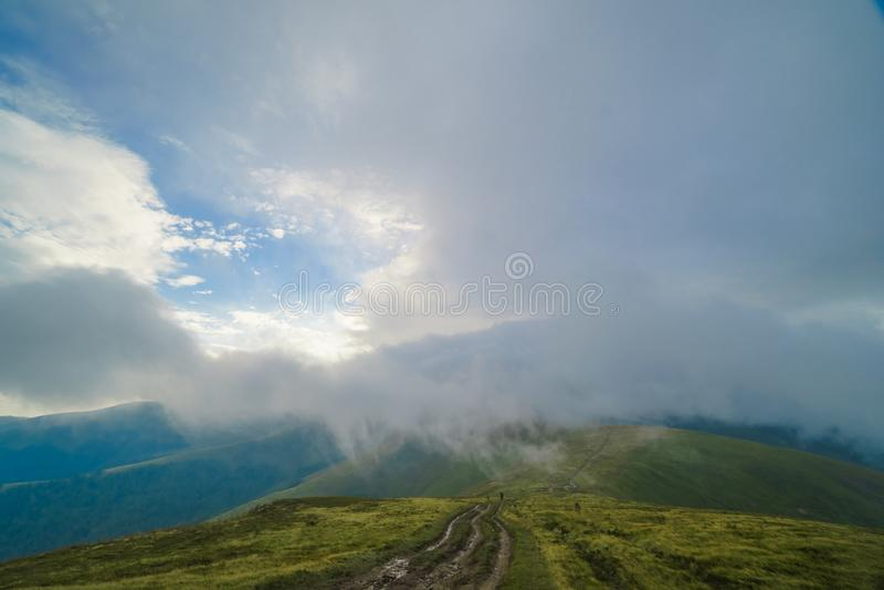 Nuvens de chuva acima de Carpathians Panorama do cume de Borzhava das montanhas Carpathian ucranianas fotografia de stock royalty free