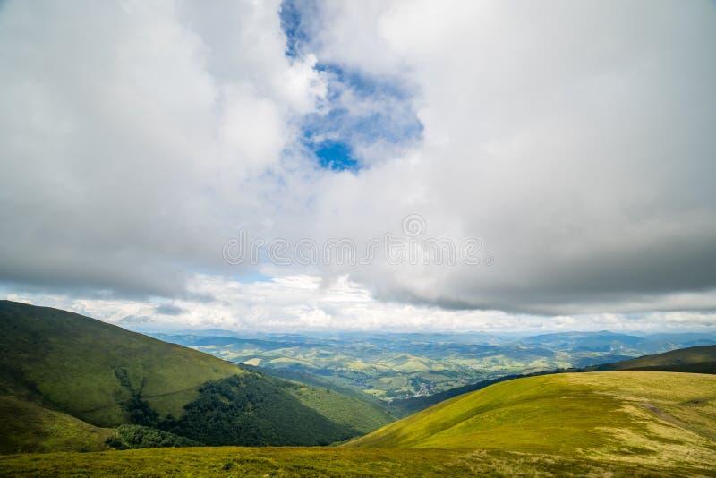 Nuvens de chuva acima de Carpathians Panorama do cume de Borzhava das montanhas Carpathian ucranianas foto de stock