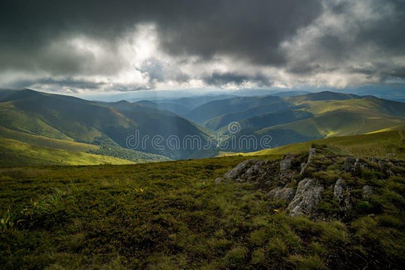 Nuvens de chuva acima de Carpathians Panorama do cume de Borzhava das montanhas Carpathian ucranianas imagens de stock royalty free